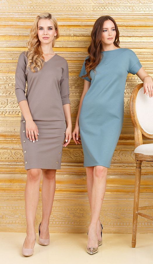 Платье З268-298 - Комфортное и практичное платье из плотного, качественного трикотажа цвета кофе с молоком (на фото слева). Спущенная линия плеча и V-образный вырез горловины, эффектно подчеркнут линю плеч. Отрезная юбка с заниженной талией, позволяет регулировать длину, а планка с пуговицами по баком сделают бедра, визуально стройнее.