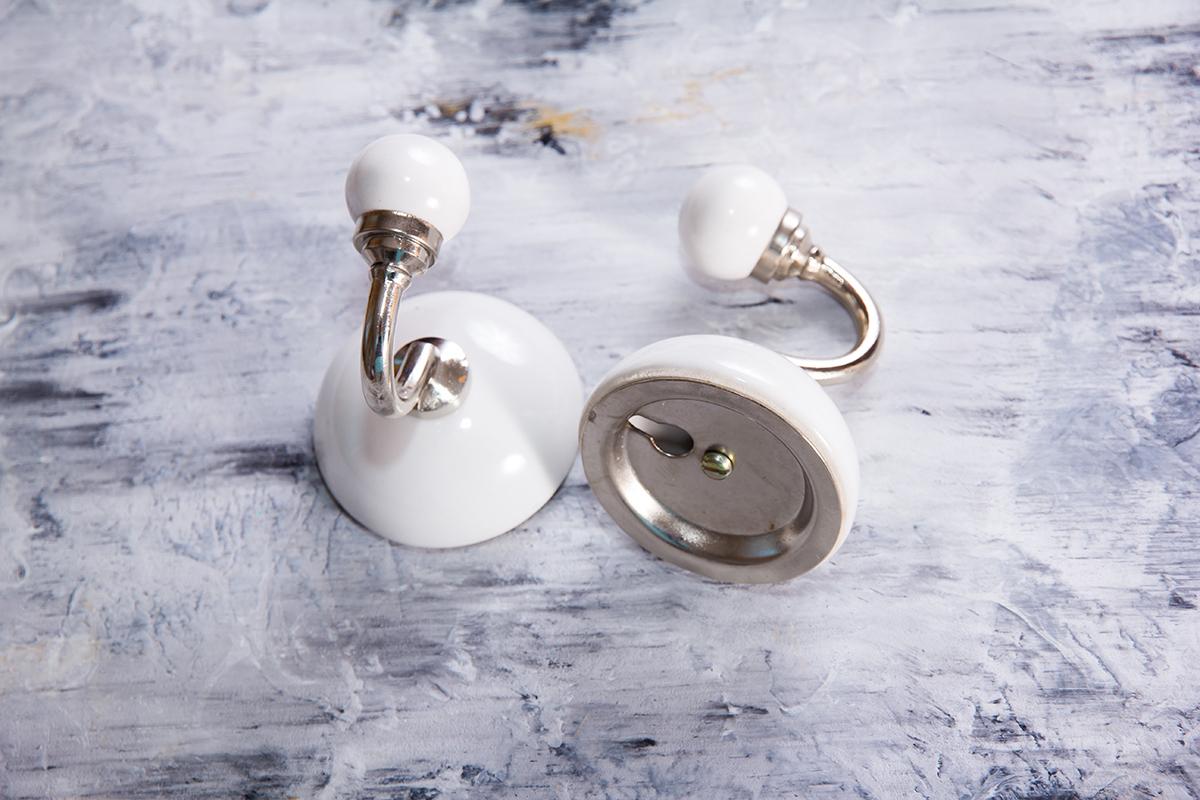 Крючок керамический белый