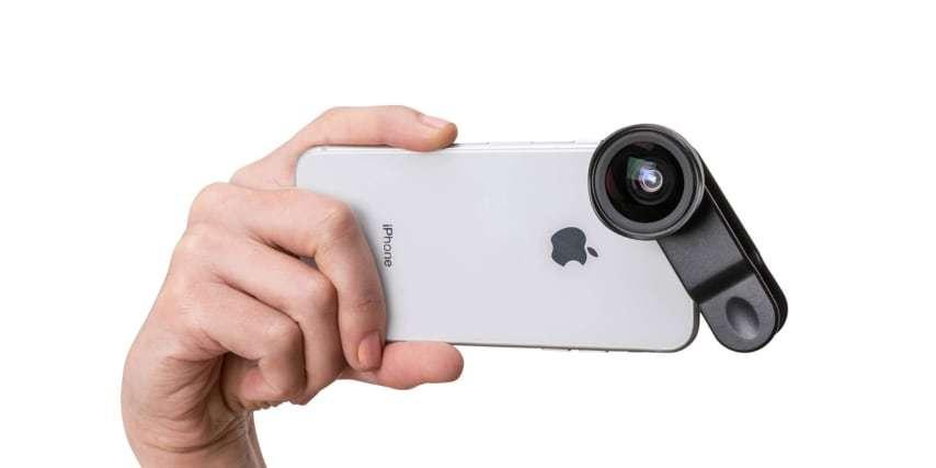 Широкоугольный макро объектив Pictar Smart Lens Wide Angle/Macro для смартфона в руках