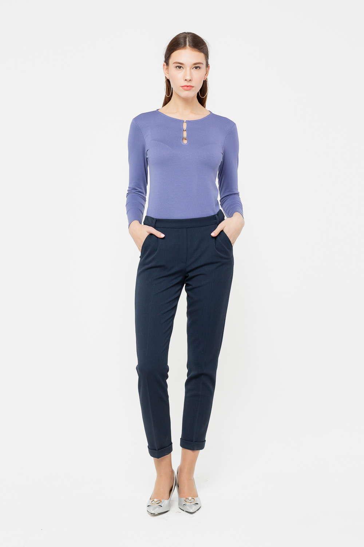 Брюки А492-753 - Укороченные брюки с подворотами; базовая модель, которая позволит играть с сочетаниями и создавать множество стильных современных образов. Модель зауженного книзу силуэта, по бокам предусмотрены карманы. Красивый темно-синий цвет универсален, брюки прекрасно дополнят любой верх, войдут в состав и повседневного, и делового образа. Наличие в составе ткани эластана продлевает срок службы изделия и обеспечивает им аккуратный вид даже при активной носке.