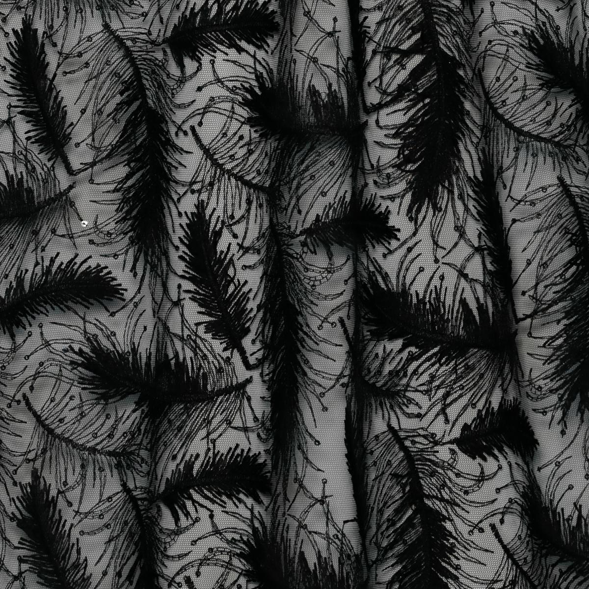 Черные перья на сетке