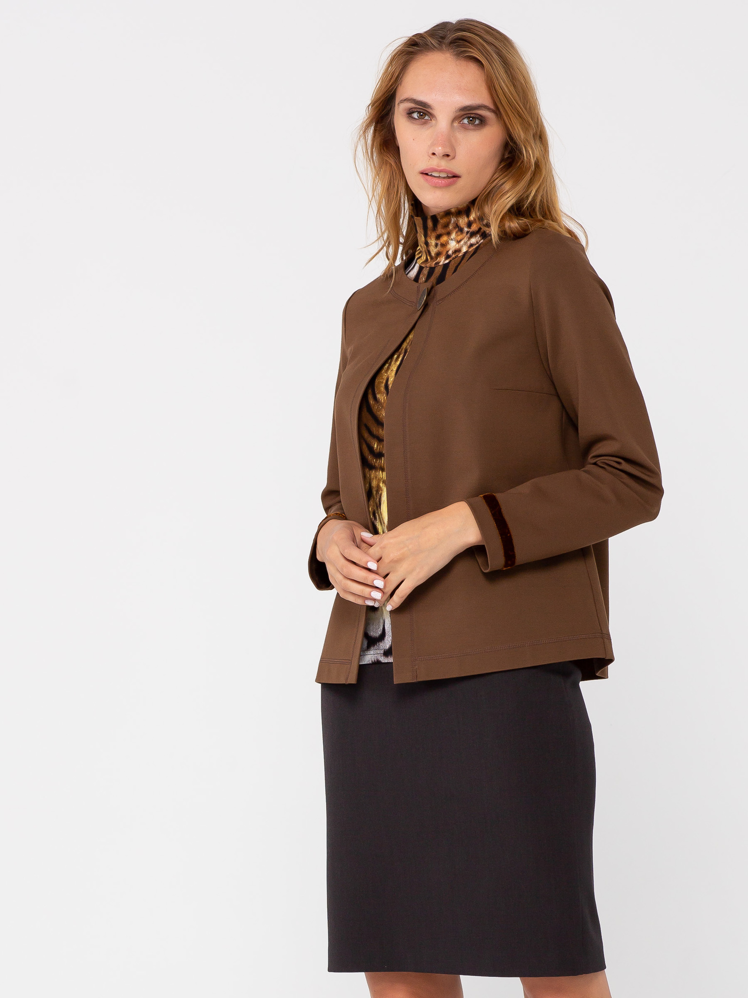 Жакет Д549-628 - Жакет классического прямого силуэта с застёжкой на одну пуговицу выполнен из плотного трикотажного полотна приятного коричневого цвета. В нижней части рукавов используется отделка в виде узкой бархатной тесьмы. Жакет без подкладки.