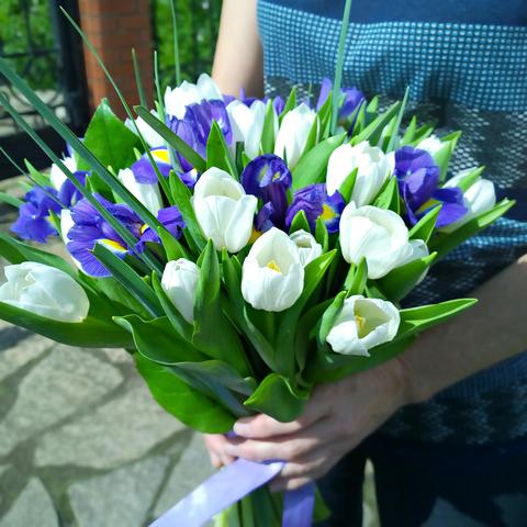 Букет с белыми тюльпанами