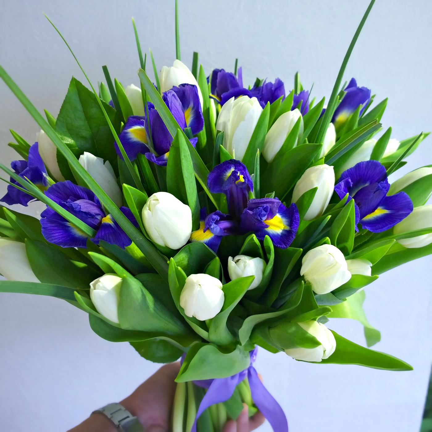Букет с белыми тюльпанами и синими ирисами