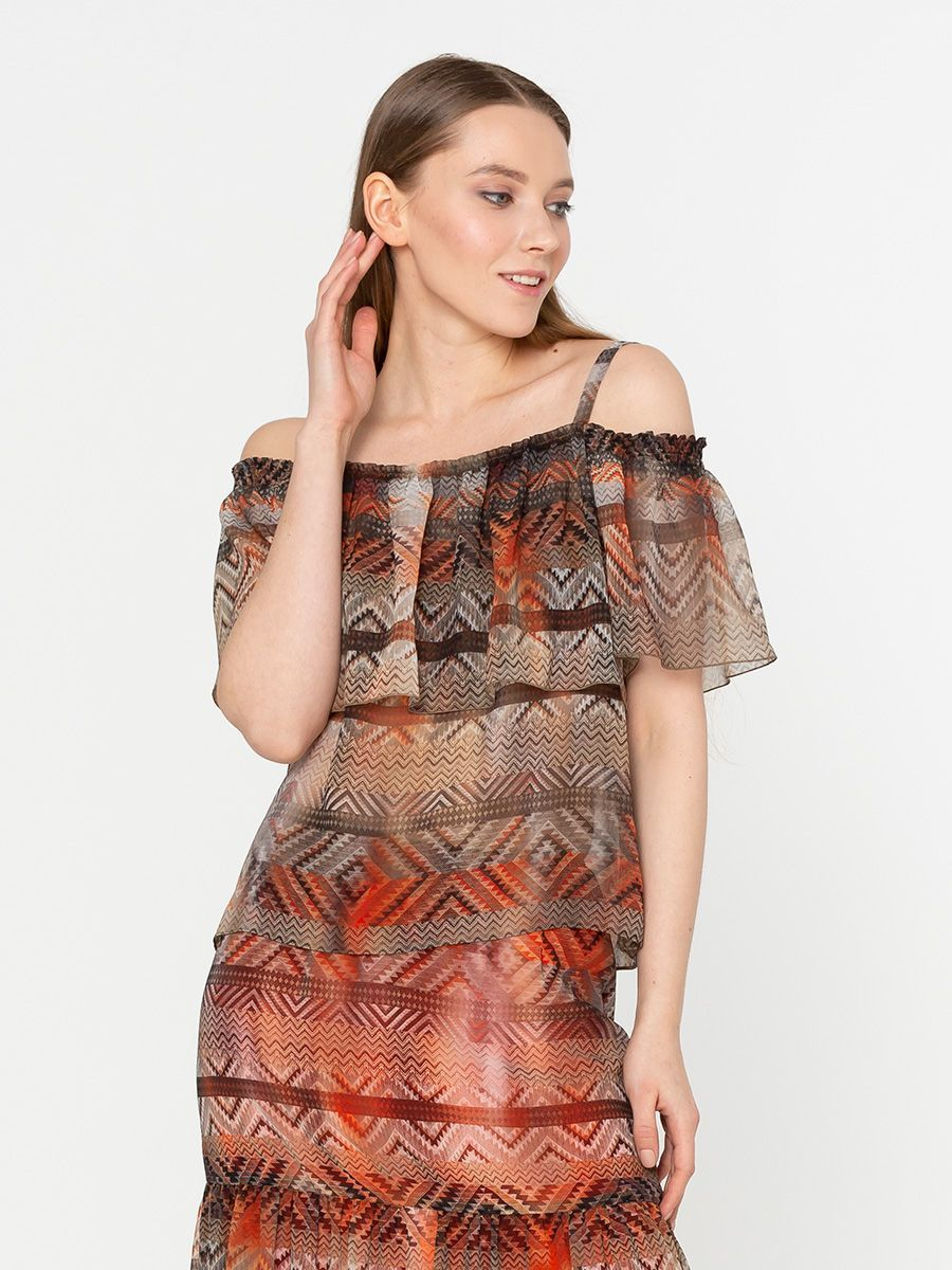 Блуза Г600-735 - Свободная блуза из легкого шифона. Горловина обработана резинкой с широким воланом, что позволяет носить блузу с открытыми плечами.  Эта блузка подчеркнет изящество женской фигуры, создавая хрупкий и нежный образ.