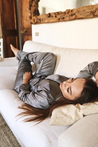 Серый шелковый костюм двойка из натурального шелка(жакет+брюки)