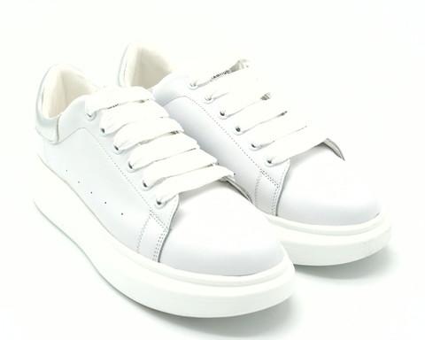Белые кожаные кроссовки на объемной подошве с серебряной вставкой