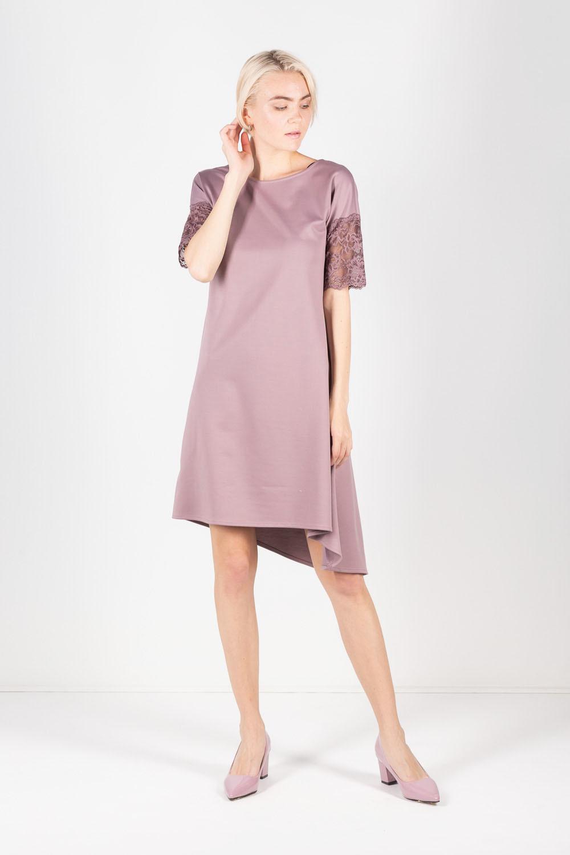 Платье З429а-829 - Легкое струящееся платье выполнено в редком сияющем розово-сиреневом оттенке.Лаконичный вырез горловины в виде лодочки, удлиненная линия плеча, свободный A-cилуэт – сочетание простоты и непринужденности.Изящный кружевной узор украшает V-образный вырез на спине и акцентирует внимание на руках. Асимметрия низа платья придает дополнительную оригинальность модели. Шикарный вариант для коктельных вечеринок, корпоративов и создания вечерних образов