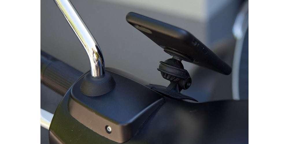 Крепление SP Connect для изогнутых поверхностей ADHESIVE MOUNT PRO установлен на мопеде