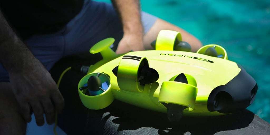 Подводный дрон FIFISH V6 в руке