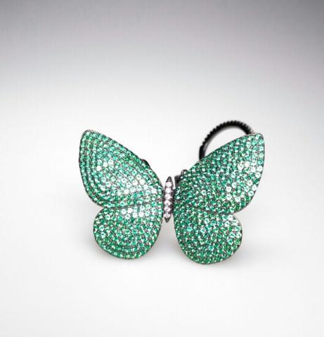 Кольцо c двигающейся бабочкой из серебра с зелеными цирконами