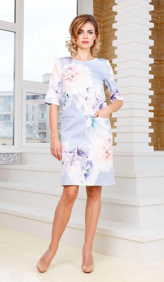 Платье З254б-926 - Платье-футляр свободной формы с рукавами до локтя и прорезными карманами в листочек. Нежный цвет и цветочный принт придадут образу женственности и романтизма.