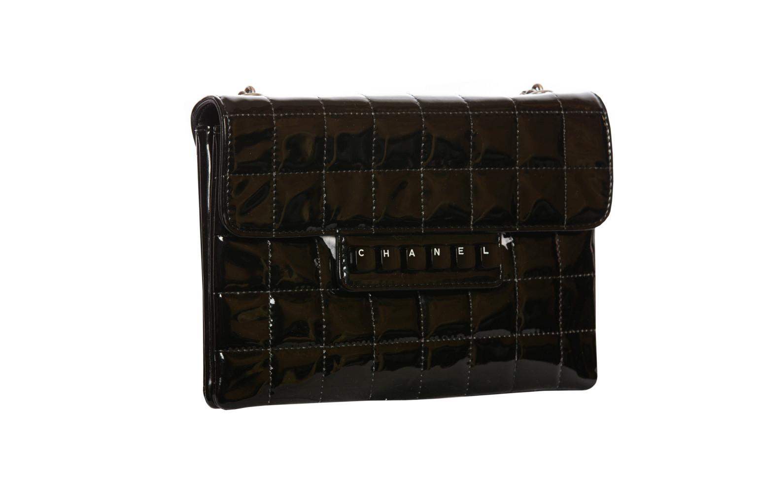 Стильная лаковая сумочка с оригинальным декоративным элементом в виде клавиш от Chanel