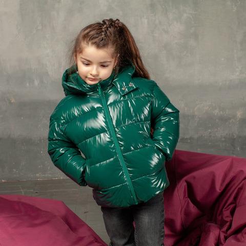 Демисезонная детская куртка зеленого цвета из лаковой плащевки с нашивкой