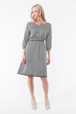 Фото невесомое белое приталенное платье с геометрическим принтом и v-вырезом - Платье З448-321 (1)