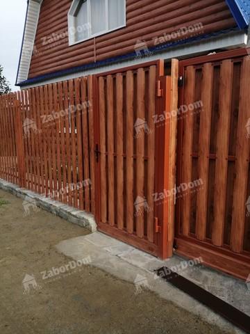 Откатные ворота со встроенной калиткой из металлического евроштакетника с электроприводом