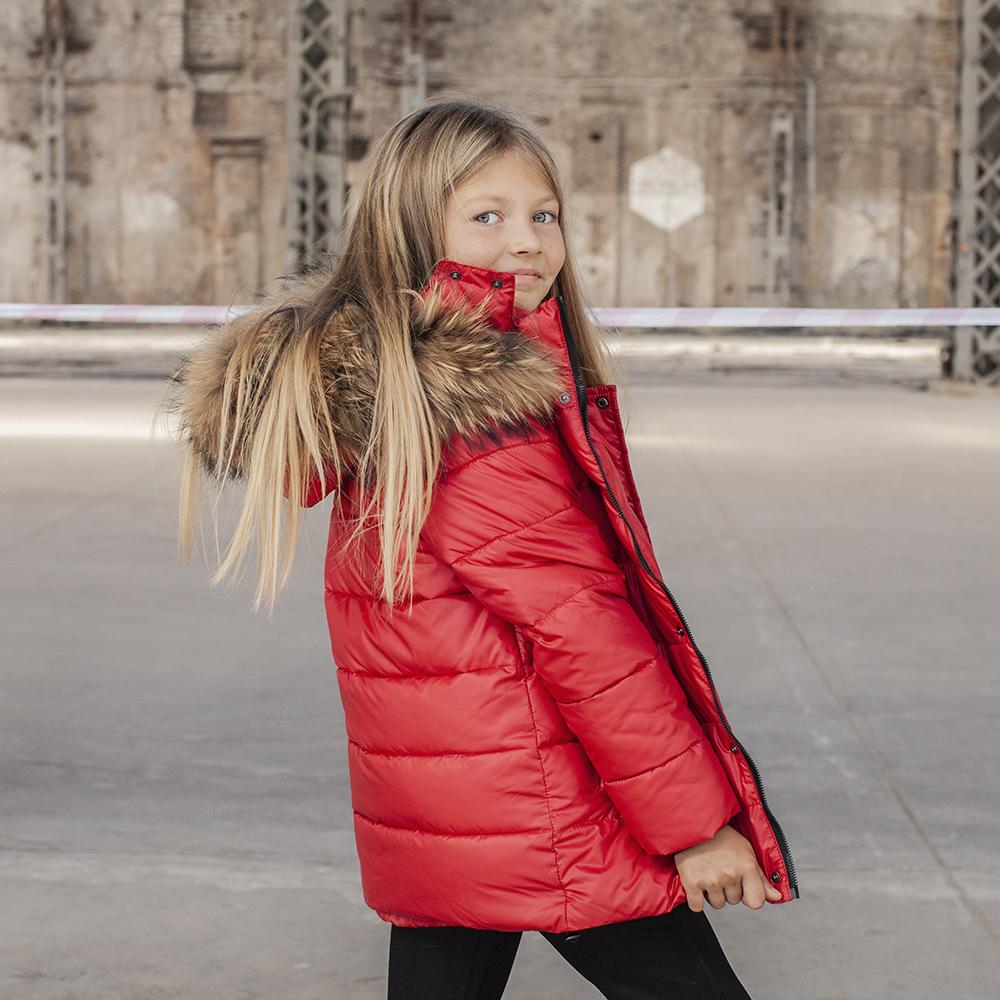 Детская зимняя куртка с натуральной опушкой красного цвета на девочку