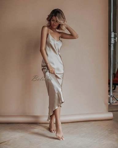 Соблазнительное платье комбинация роскошного жемчужного цвета длиной миди за колено