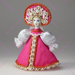 Малая подвесная кукла в сарафане с белыми рукавами