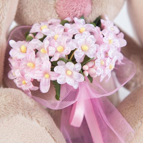 Зайка Ми с бледно-розовым букетом