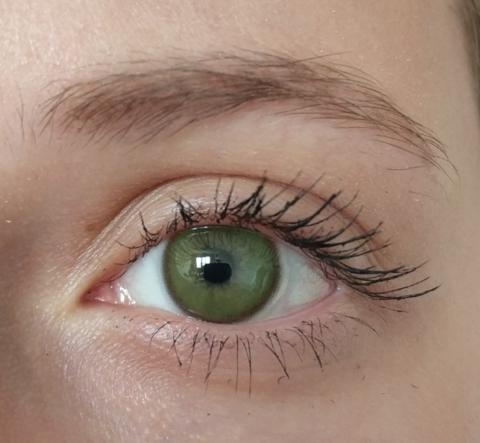 Зеленые линзы на серо голубых глазах