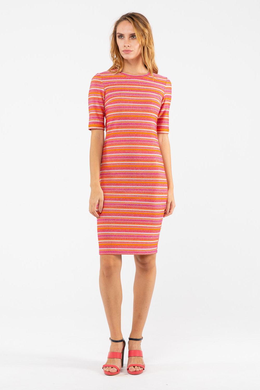 Платье З451-464 - Позитивное платье с броским принтом «райе».Геометрический принт в виде сочетания горизонтальных полосок серебристо-розово-оранжевой палитры вызывает прилив чувств. Для оптимистичных и креативных натур.Платье превосходно облегает фигуру и подчеркивает красивые женские изгибы. Умеренная длина чуть выше колена. Скромный округлый вырез горловины. Длина рукавов немного выше локтя.Милое пёстрое платье подарит вам возможность продемонстрировать красивую фигуру. Позвольте себе это летнее яркое платье для создания отличного настроения.
