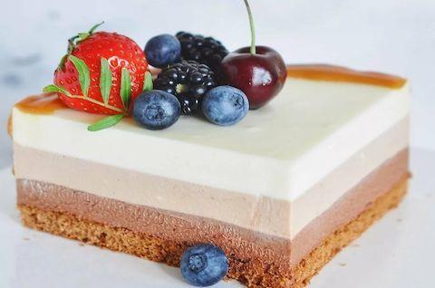 Муссовый слоеный торт без молока, сахара и глютена