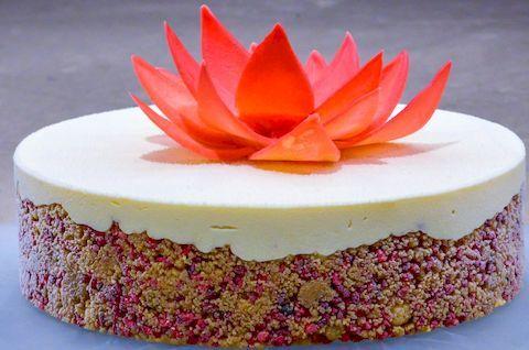 Муссовый торт без глютена с украшением