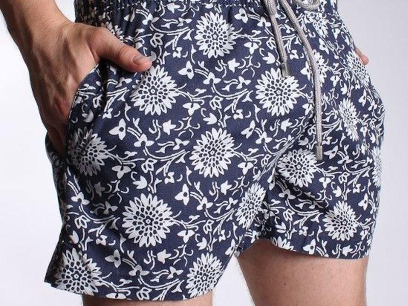 Мужские шорты пляжные темно-синие с цветами Vilebrequin Navy Shorts