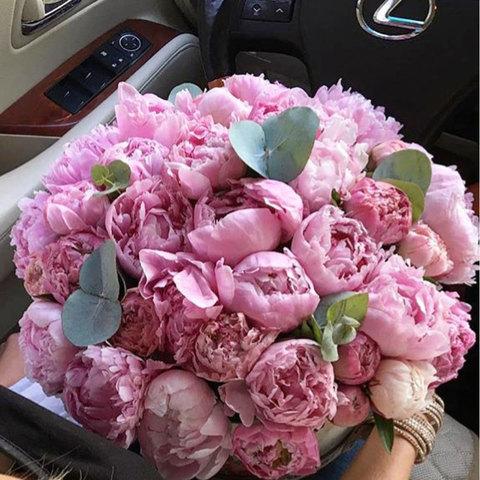 45 розовых пионов в коробке