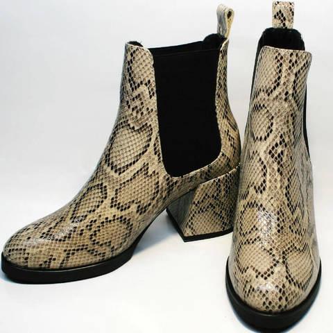 Демисезонные ботинки женские челси на каблуке. Женские высокие ботинки ботильоны под змеиную кожу Kluchini Snake