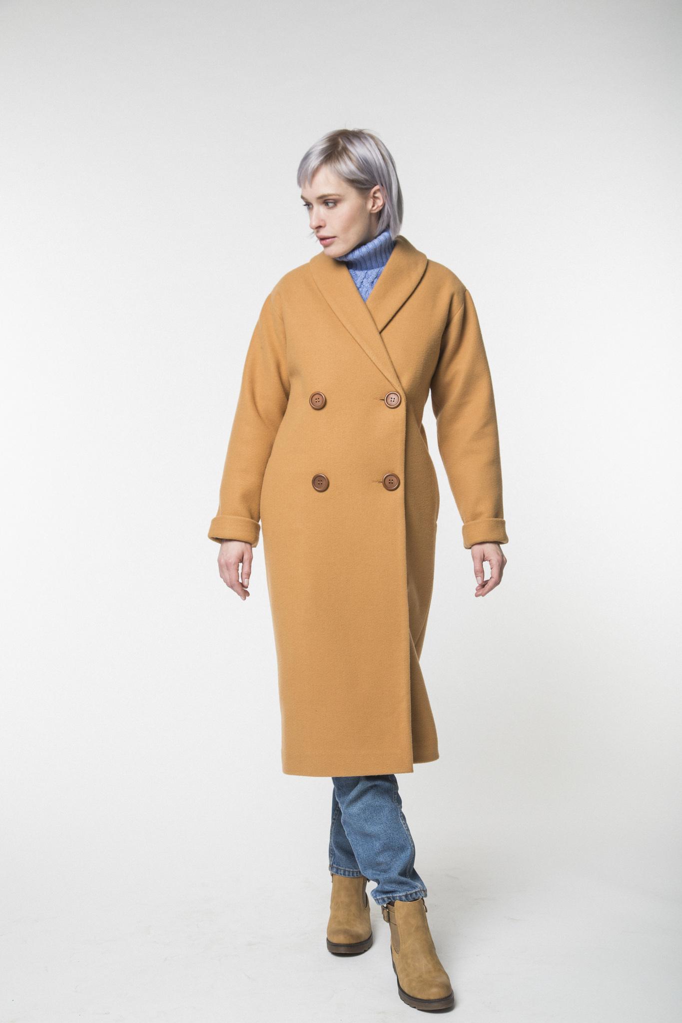 Двубортное пальто-халат цвета кэмел