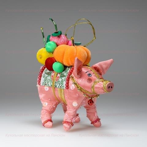 Игрушка текстильная Свинка с фруктами (бисерная)