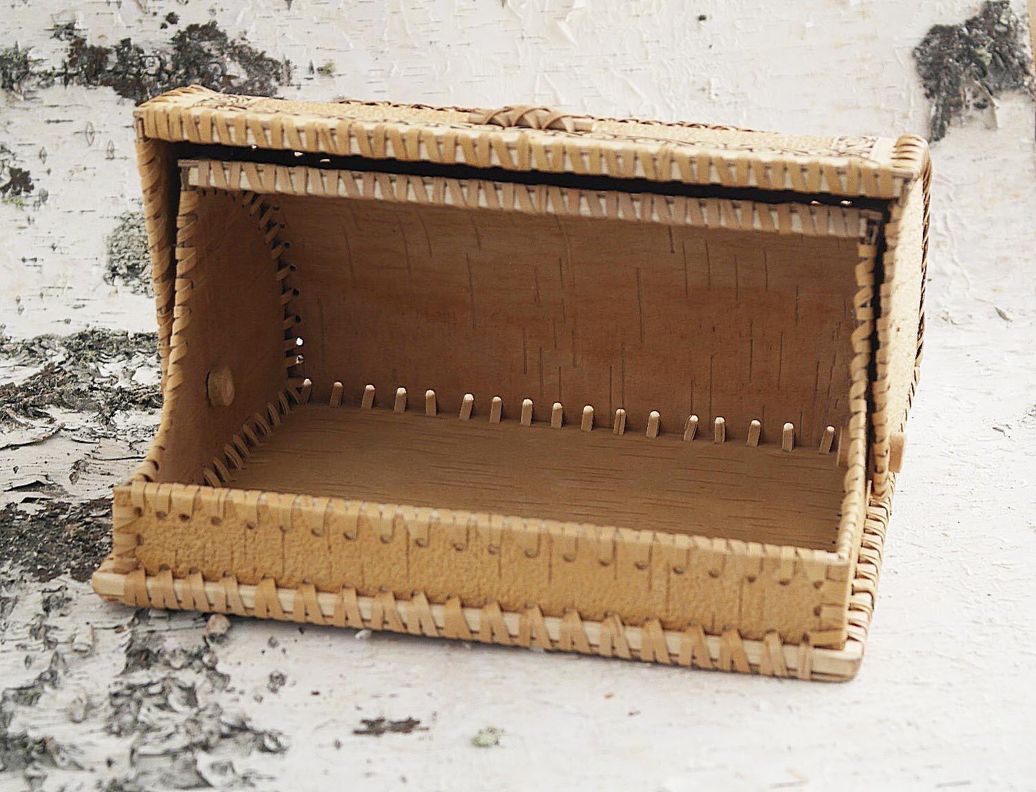 Хлебница с открытой крышкой, на бересте