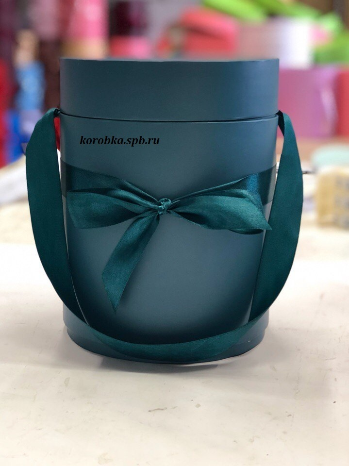Шляпная коробка D 20 см Цвет: темно зеленый . Розница 390 рублей .