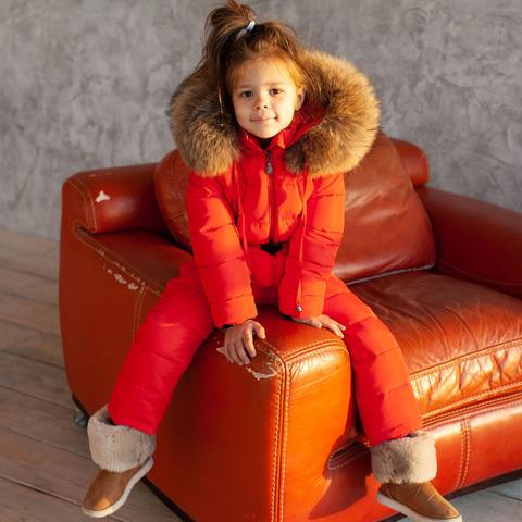 Детский зимний комбинезон красного цвета и опушкой из натурального меха коричневого цвета