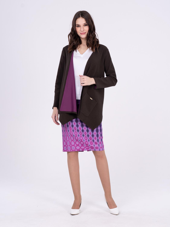 Жакет Д543а-203 - Стильный кардиган с асимметричной линией низа и яркой, контрастной изнанкой. По бокам функциональные накладные карманы, можно носить на распашку или с поясом. Незаменимая вещь для прохладной погоды, хорошо сочетается как с брюками или юбками, так и с платьями.