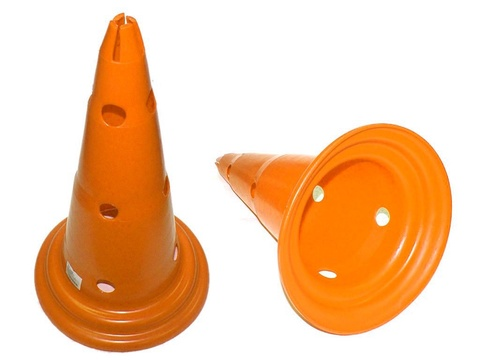 Конус для разметки поля с боковыми отверстиями и верхней прорезью для поперечных перекладин. Материал Пластик. Высота 50 см, нижний диаметр 28 см, верхний диаметр 3 см. О-84650  (Оранжевый)