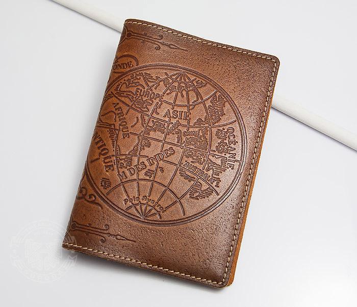 BY14-02-10 Кожаная обложка на паспорт с картой полушарий