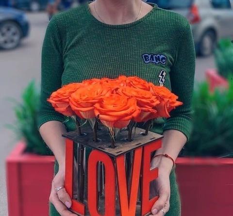 Розы в деревянной подставке LOVE #40739