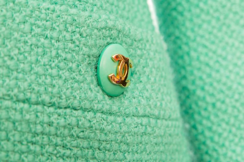 Элегантный твидовый жакет оттенка Тиффани от Chanel, 36 размер