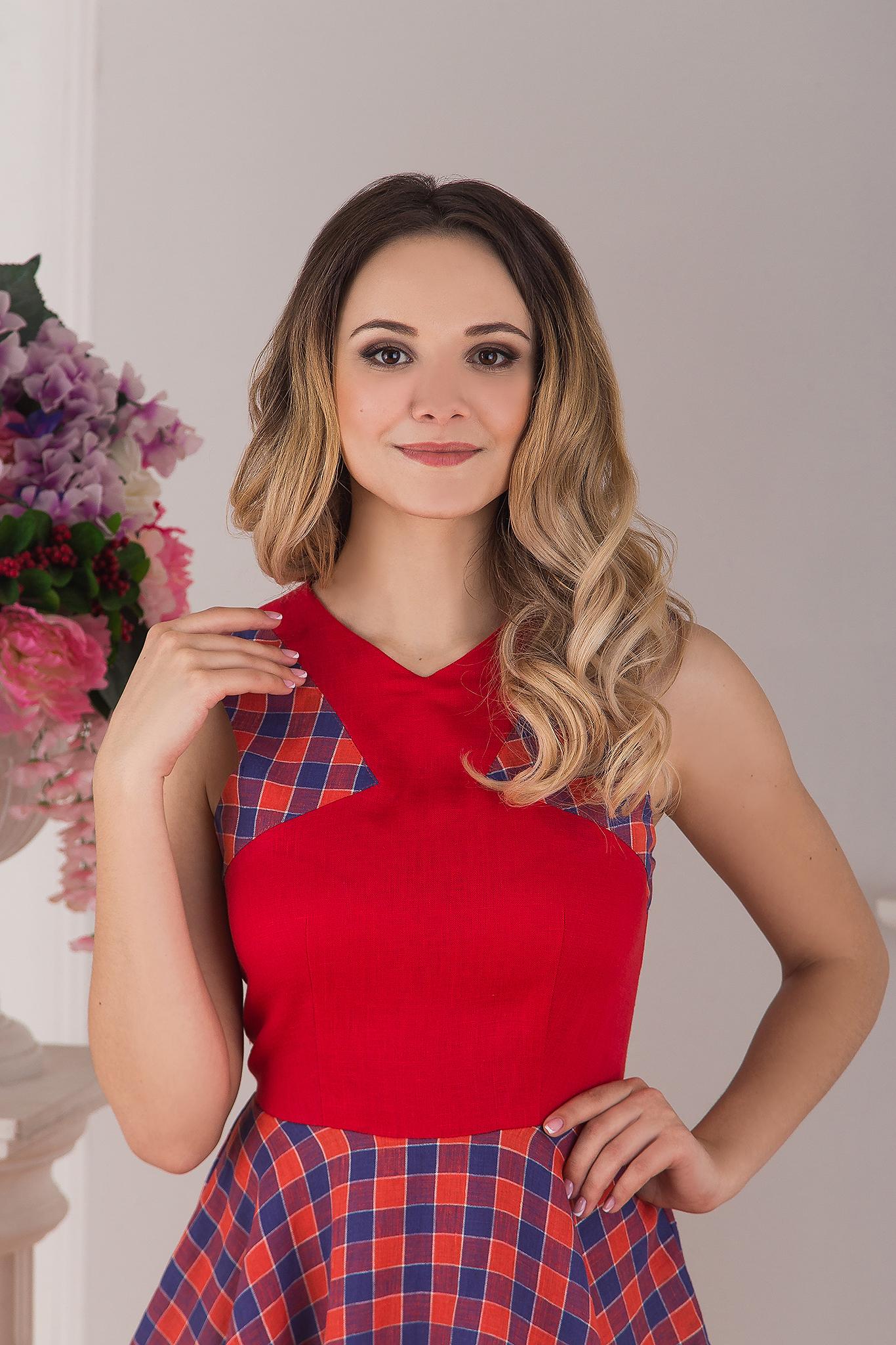 Современное льняное платье красное Раздолье от Иванка приближенный фрагмент