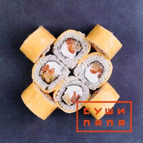 Ролл урамаки с лососем и ананасом