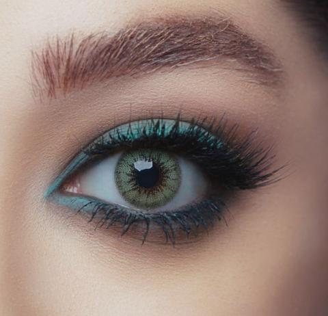 Зелёные линзы на карих глазах