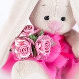 Зайка Ми в розовой юбочке и с букетом