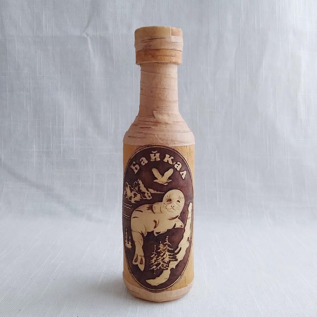 Стеклянная бутылка оплетённая берестой, круглая, с тиснёным изображением байкальской нерпы, ягода, 0,25л