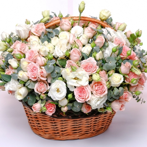 Корзина из кустовых роз и лизиантусов