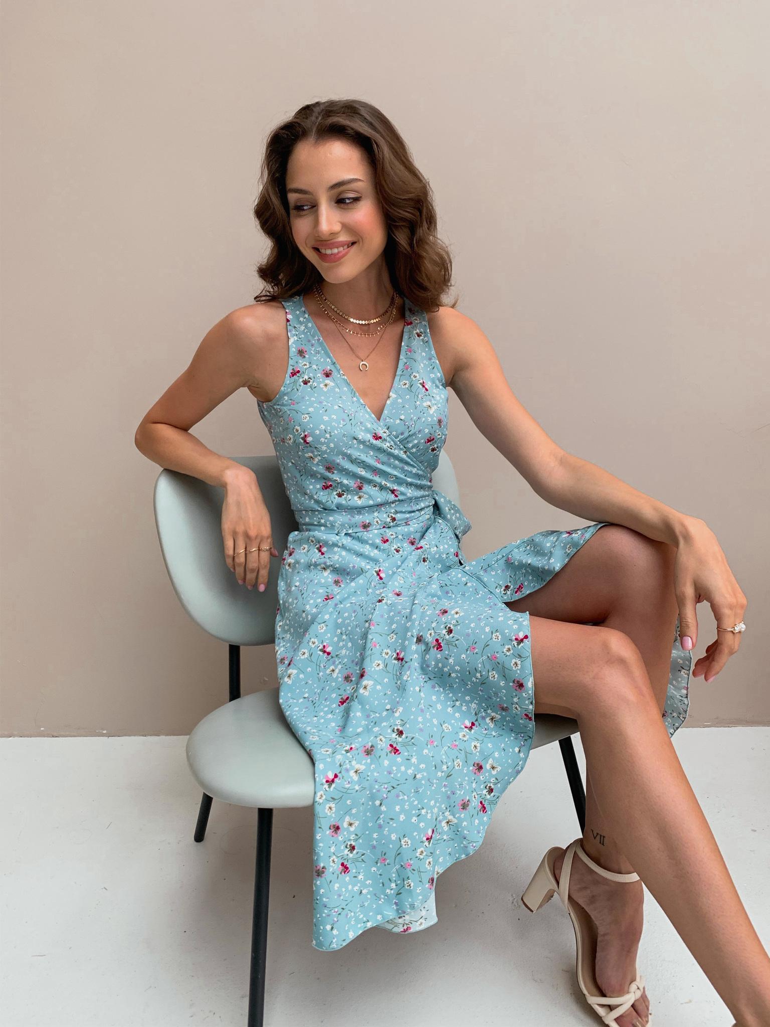 Платье на запах с V-вырезом (цветы на голубом)