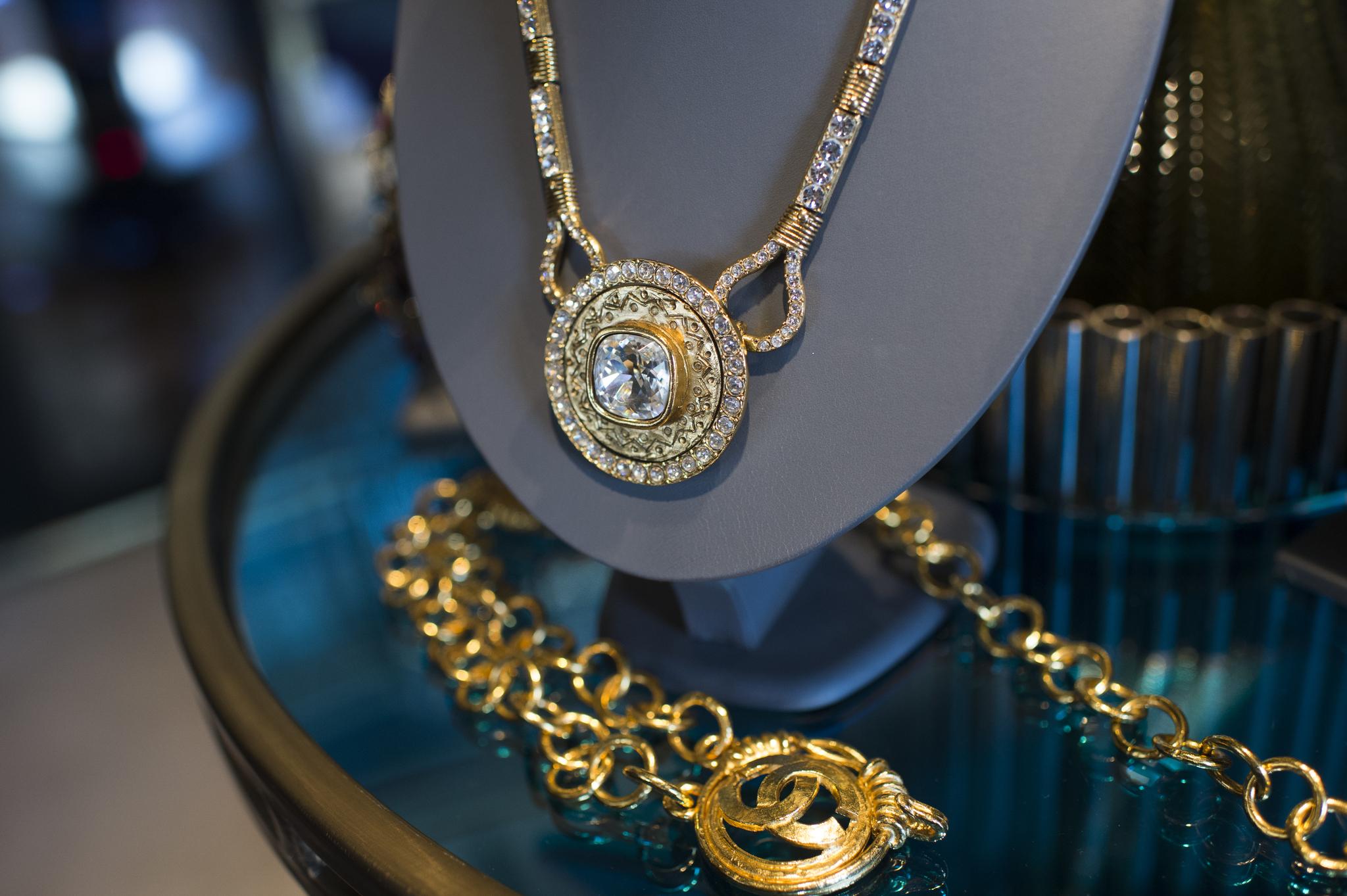 Великолепный крупный медальон YSL с прозрачными кристаллами