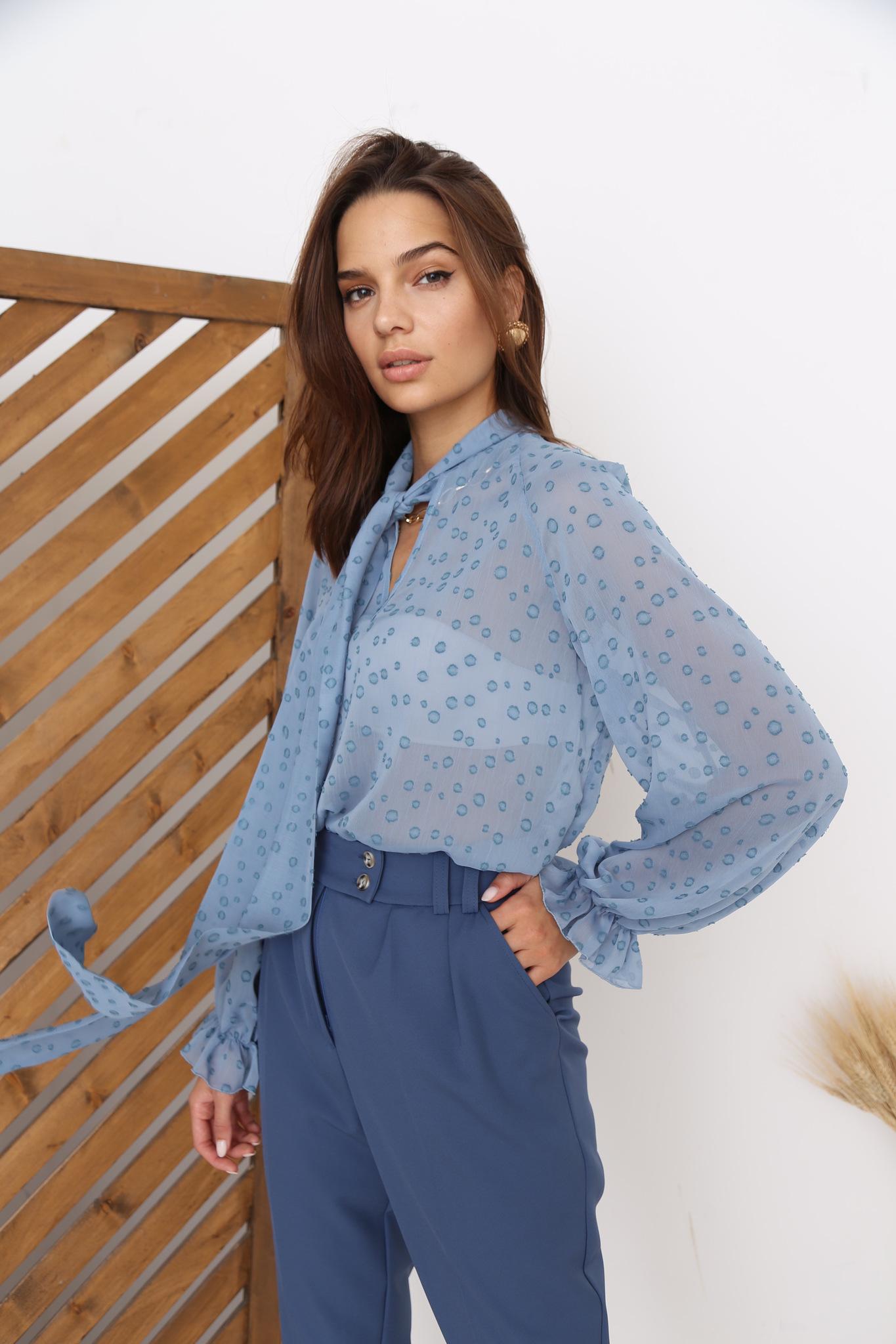 Блуза с бантом из шифона (пятна на голубом)